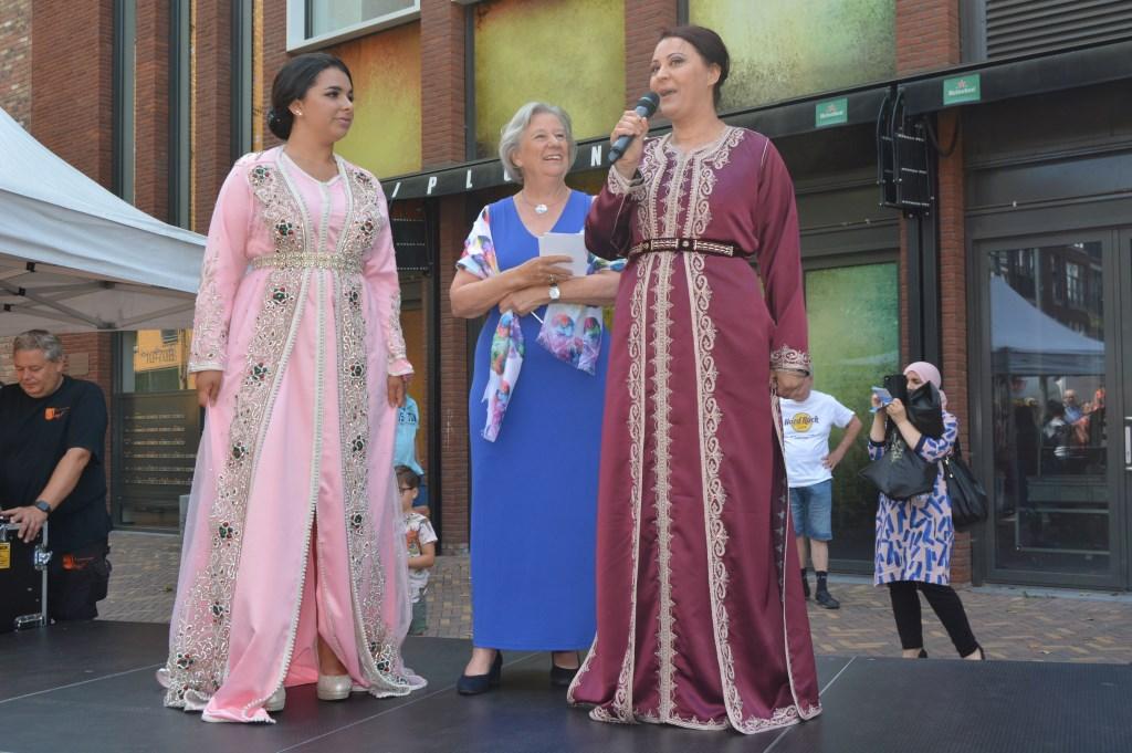 Marokkaanse vrouwen naast Anneke van Schuppen.  © Persgroep