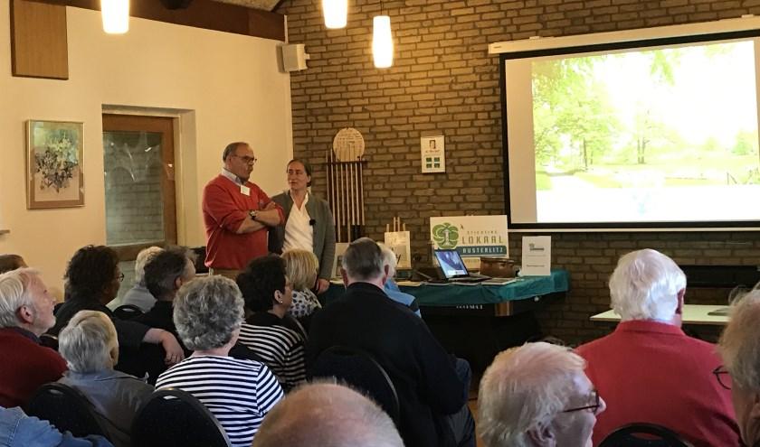 Fleur de Beaufort (r) en voorzitter van de Stichting Lokaal Austerlitz Hans Nijman (l) waren blij verrast met de grote opkomst. FOTO: Carol Dohmen