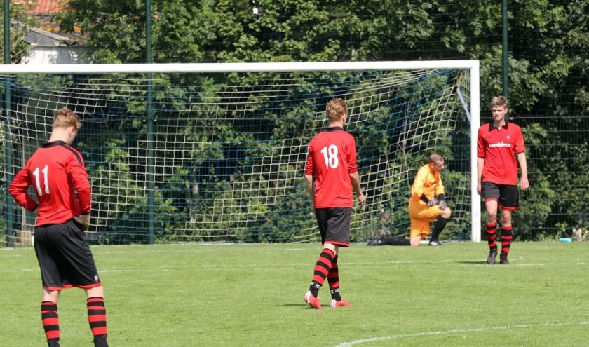 De spelers van voetbalvereniging ZBVH zijn teleurgesteld na het mislopen van promotie naar de derde klasse (foto: John de Pater)