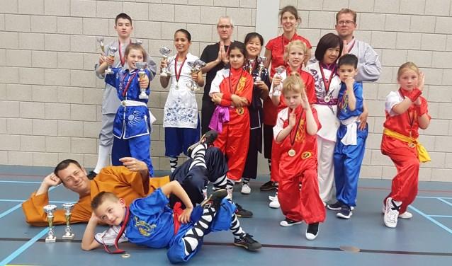 Het Shaolin Team met linksonder in het bruin Douwe ter Horst.