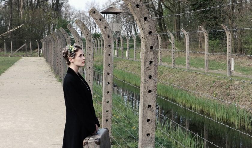 """Sanne Maas kruipt in de huid van Roosje Glaser, die als Joodse danslerares dansscholen heeft, tot ze verraden wordt. """"In oorlogstijd lijkt elke keuze die je maakt consequenties te hebben: het is vaak kiezen tussen leven en dood"""", zegt de actrice."""
