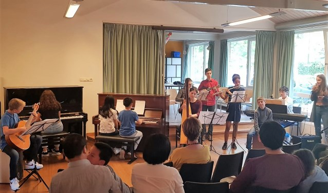Leerlingen van het muziekonderwijs in actie.