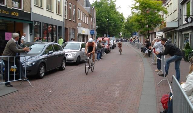 De doorkomst van de fietsers in de Rijnstraat gedurende een eerdere editie.