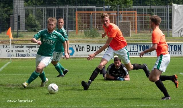 Sp Rekken (in het groen) verloor van FC Berghuizen en is gedegradeerd naar de vijfde klasse.