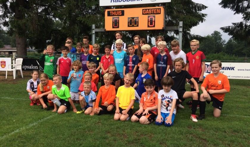 De jeugd kon meedoen aan een onderling toernooi en aan een parcours met diverse voetbalspellen. Eigen foto.