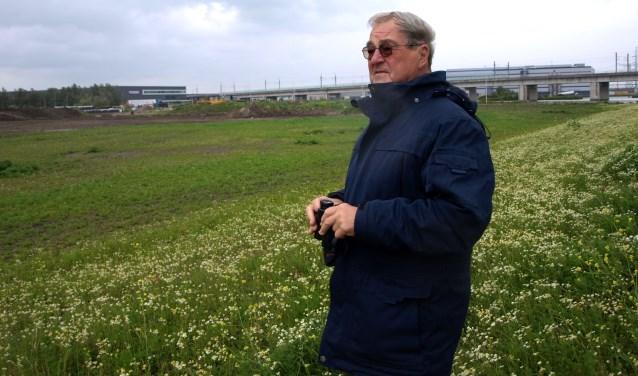 Adri de Groot zet zich dagelijks in voor de natuur in zijn directe leefomgeving. (al 20 jaar) Op de achtergrond de HSL-lijn. Foto: S. Langeveld