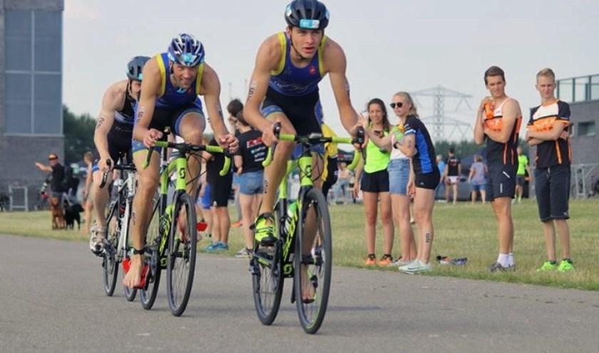 """VZC Triatlon mannen Lucas Goené (op kop) en Sjoerd Veltman """"aan de bak"""" in de triple-mix in Rotterdam."""