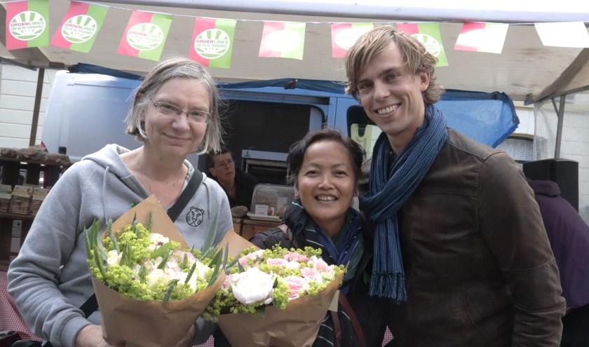 Bloemen voor de winnaressen van het Groene LIntje van Tim de Kroon aan Jenny Senhorst en Norine Mariman