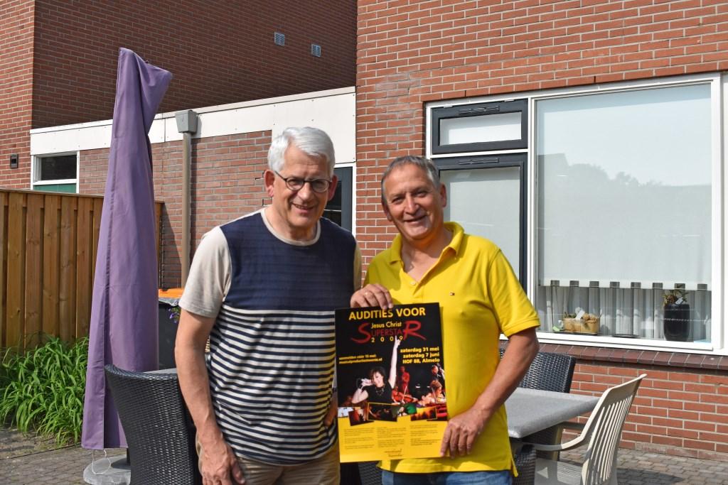 Jos Tornij en Pim Spackler met de poster van Jesus Christ Superstar, dat eigenlijk de eerste musical had moeten zijn. Foto: Jolien van Gaalen.  Foto: Jolien_van_Gaalen © Persgroep