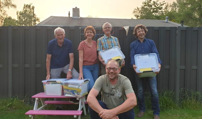 De vrijwillige projectbegeleiders van Present met hun klusbox, mogelijk gemaakt door Platform Meedoen & Ondersteuning. (Foto: Eigen foto)