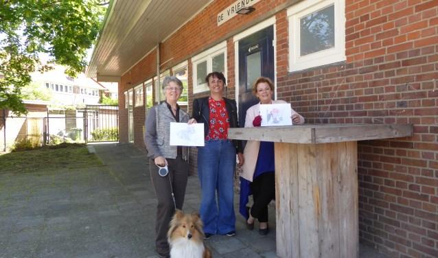 Deelneemster Loes, met haar hond en tekening, Kunstenares Astrid en deelneemster Desireé met haar tekening bij buurtcentrum Plattenburg. (foto: Marnix ten Brinke)