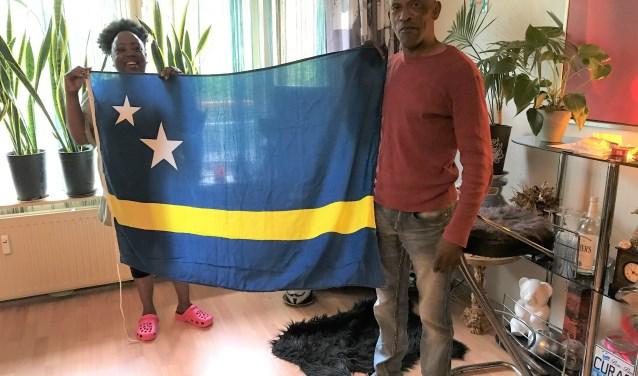 Monique en Mike Niles met de vlag van Curaçao