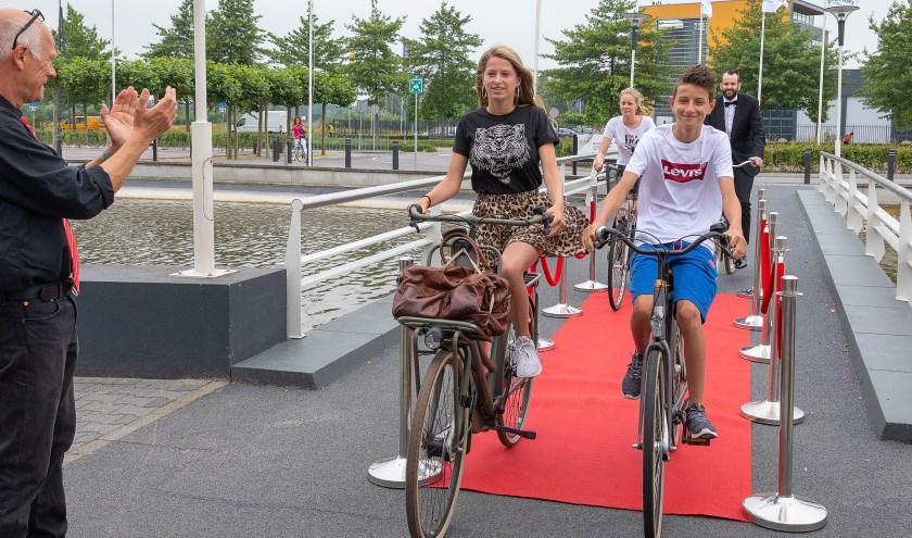 Wethouder Mobiliteit Joost van der Geest komt samen met de drie 'filmsterren' Jeremy, Guinevere en Anouk geheel in stijl aan bij de première van de film. Foto: Ferry Verheij