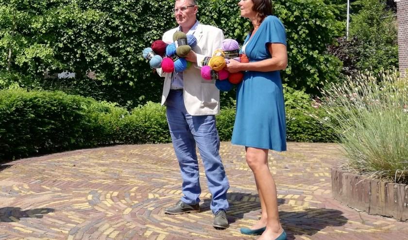 Ton van der Schouw en Anne Nyst van de Programmaraad van het Kulturhus EGW poseren. Dit voor het aanstaande Textiele Ambachten Festival.