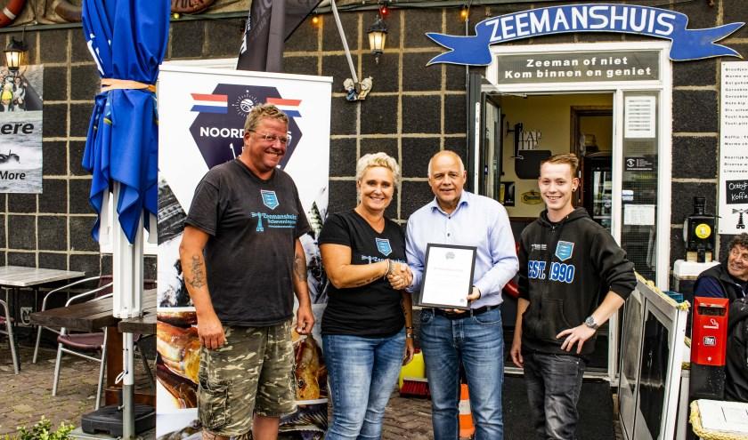 Stefan Oosterbaan en Dick en Sonja Dijkhuizen nemen de oorkonde in ontvangst van Ron Kleijn, bestuurslid Stichting Noordzeevis uit Scheveningen.