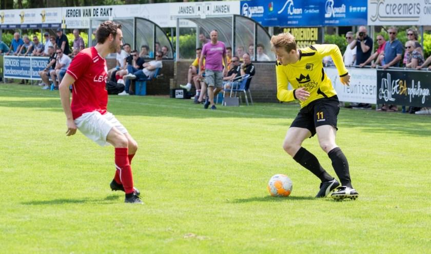 Koen Verlinden maakt een actie. Trainer Ruud Vermeer (achtergrond) kijkt toe. (foto: Albert Hendriks)