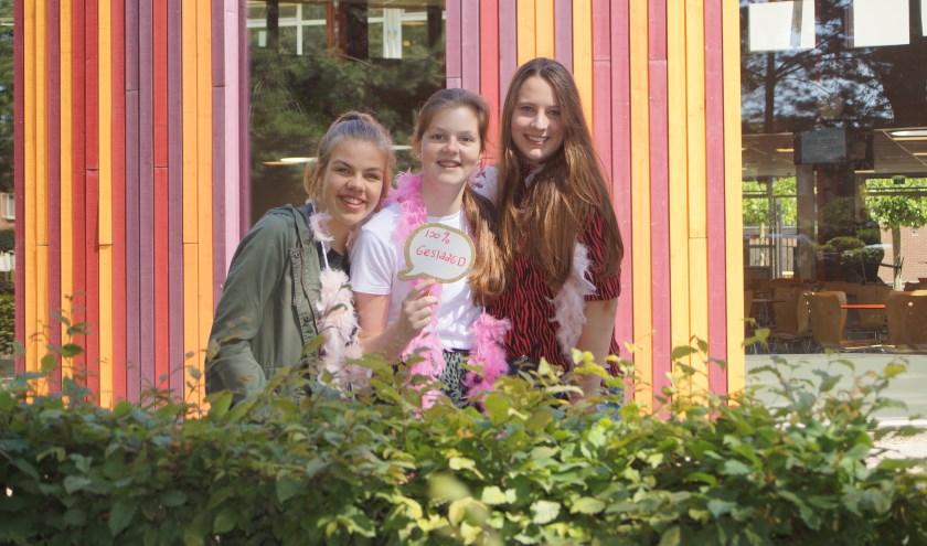 Sarah, Tamara en Anouk kunnen hun geluk niet op na het verlossende telefoontje.