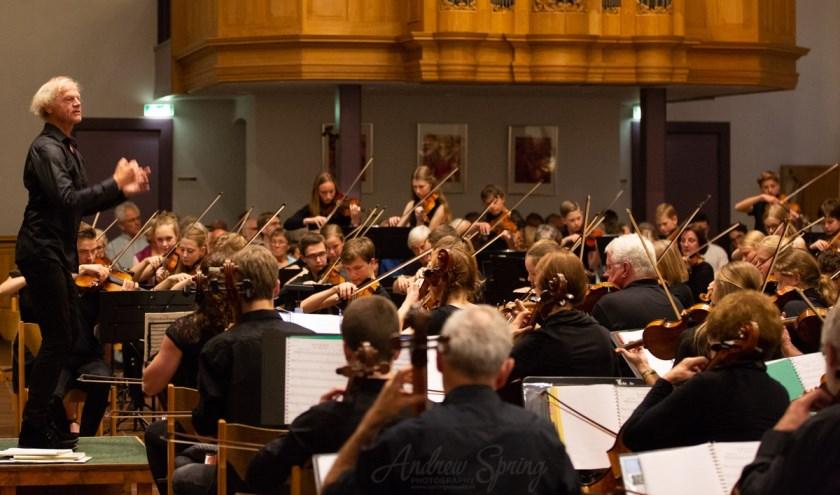 Strijk- en symfonieorkest van de Stichting Orkesten Noord-West Veluwe. (Foto: Andrew Spring, www.springvisuals.nl)