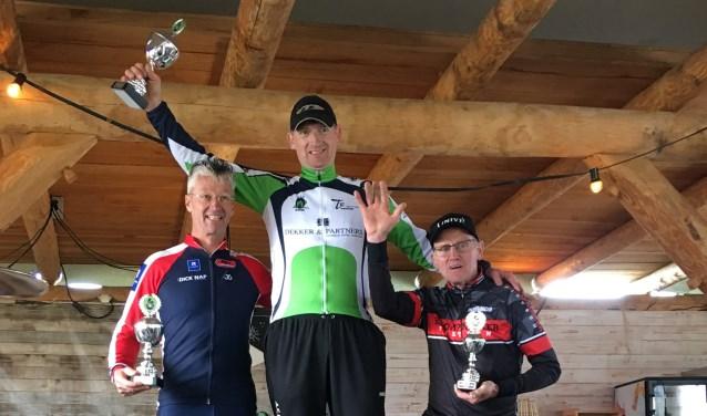 André Klompmaker op de hoogste trede van de 6inline Challenge. (Foto: STG Elburg)