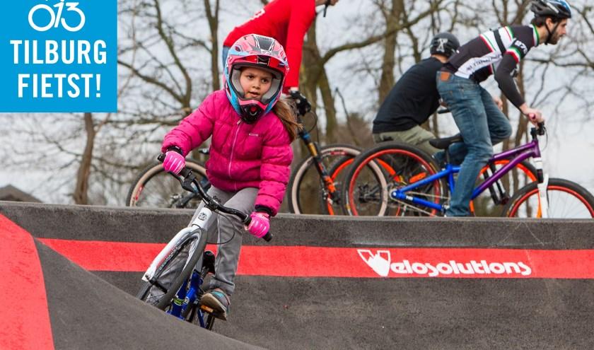 Tilburg Fietst wil kinderen op een eigentijdse manier kennis laten maken met fietsen enouders aanmoedigen om, nu en in de toekomst, op de fiets naar het Spoorpark te komen. Foto: Plons Racing.