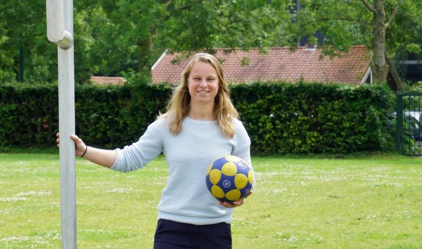 Barbara Brouwer werkt bij jeugdtrainingen vooral aan balbehandeling. FOTO: Ellis Plokker
