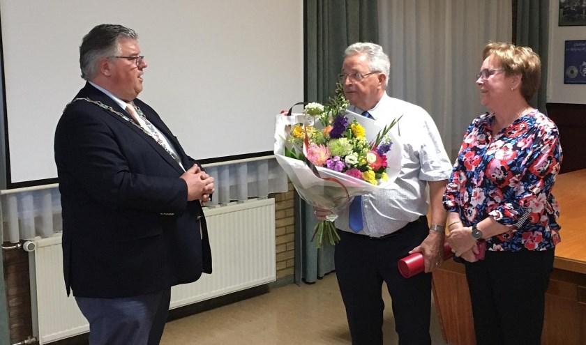 Burgemeester Hubert Bruls spreekt Giel Kok toe.