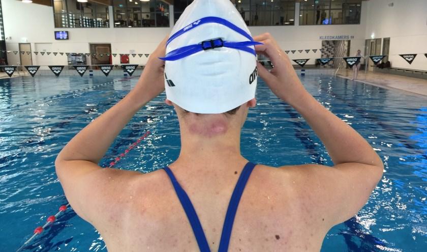 Debra de Lange met schaafwonden in haar nek van haar eerste zeezwemtochttraining (foto: Nanda van Heteren)