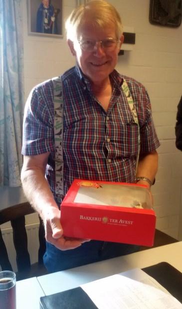 Jan Breukers met de award in de vorm van een taart.