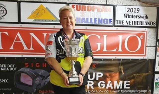 Jolanda Wigger met de beker. Zij pakte de Europese titel.