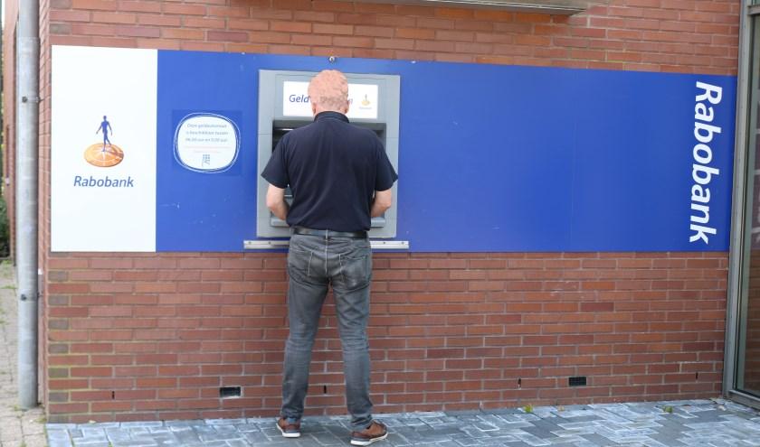 Bij de Rabobank in Laren werd  Jan Geerdink *  overvallen. Slachtoffer is onherkenbaar gemaakt. (Foto: Arjen Dieperink)
