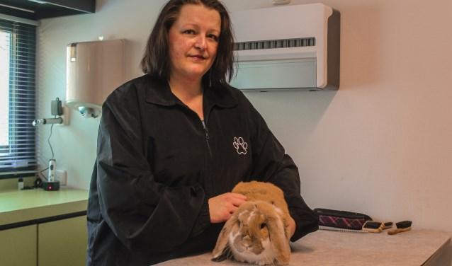 Claudia, van Kalumi trimsalon, op haar werk bij dierenkliniek Schellerlanden. (foto: Koen Lipman)