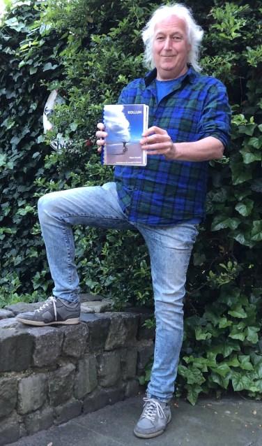 Hans Assink heeft zijn boek 'Kollum' eindelijk af. De columns lopen van januari 2003 tot en met 2019. Foto: Wouter Assink
