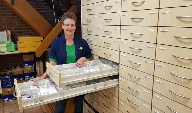 Wilma Kamerman tussen de kasten en laden vol met medicijnen, viert haar veertigjarige jubileum als apothekersassistente.