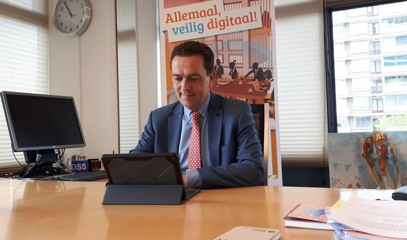 Burgemeester Bezuijen wil de Rijswijkse inwoners bewuster maken van de risico's bij het gebruik van internet.
