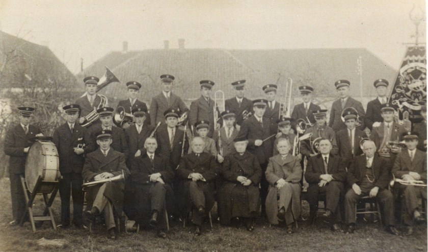 Foto uit De Verjaardagskalender van Sambeek: harmonie Semper Unitas viert in 1936 het 35-jarig bestaan (foto: Sambeeks Heem).