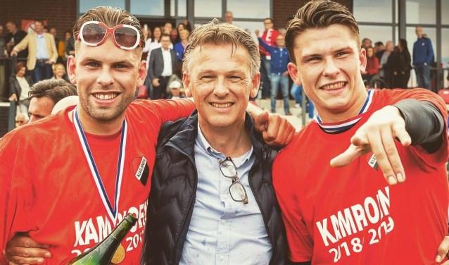 Vader Erik trots tussen de kampioenen. Links Bart en rechts Rob Goesten.