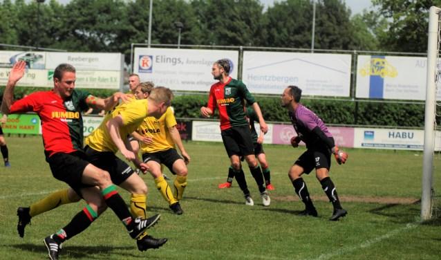 Er werd zondag op het drukbezochte sportpark Van Ketwich Verschuur om elke meter grond geknokt. WAVV gaat een ronde verder. Foto: gertbudding.nl