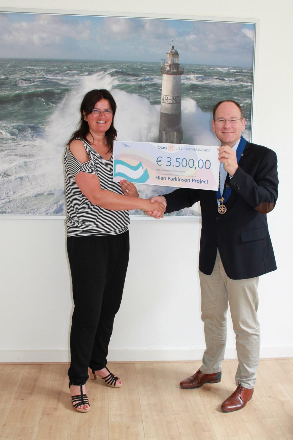 Ellen van Velthoven van Ellen Parkinson Project met Rotary-voorzitter Martijn Hop Foto: nvt © Persgroep