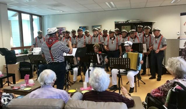 Shantykoor de Driemasters verzorgen een vrolijk optreden bij Ontmoetingscentrum Amerongen.