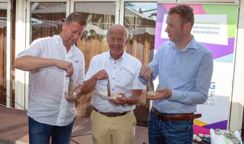In het midden Job van Schuppen. Links van hem staat Gerard Heuvelman en rechts Gerrit Valkenburg. (Foto's: Jan-Fotografie)