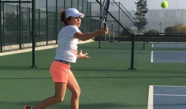 Emma Borgers in actie op de Rafael Nadal Academy.