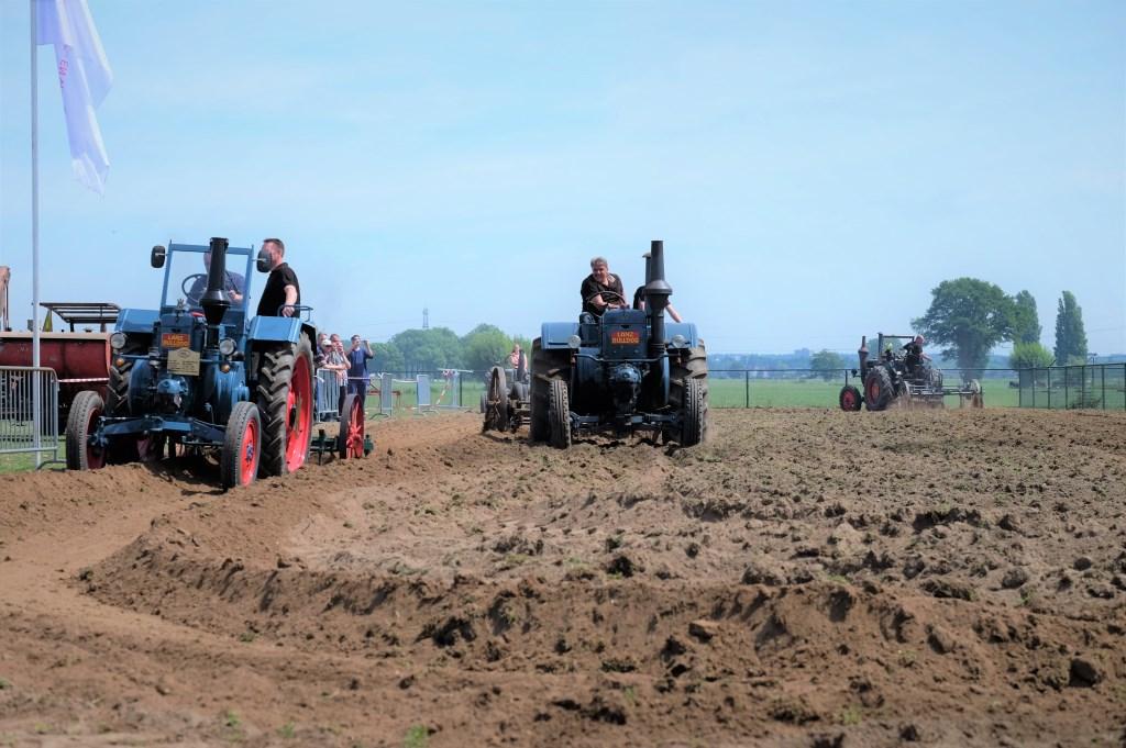 Vol met nostalgie door het land met de tractor.  © Persgroep