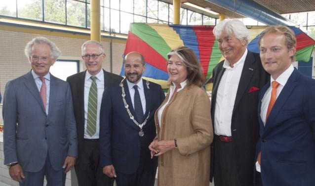 Burgemeester Marcouch en anderen bij de opening