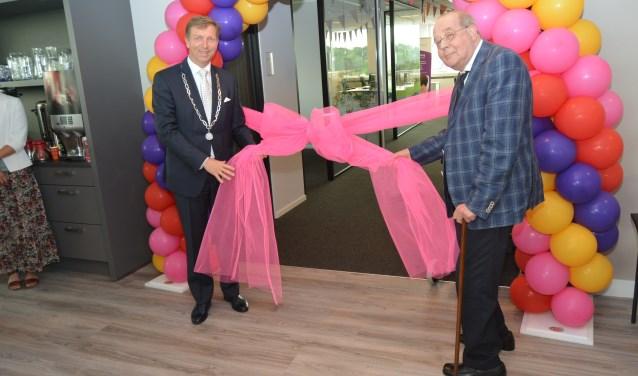 J.Kuik verrichte samen met de burgemeester de openingshandeling en hield ook een toespraak. (Foto's: Pieter Vane)