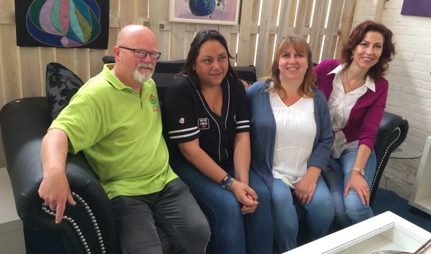 Van links naar rechts in een showroom woonkamer in de grote Secunda-winkel aan de Spoorstraat: Jan, Nancy, Josine en Ageeth