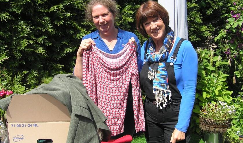 Els Bosscher (l) en Thea Bouwmeester halen alles uit de kast voor hun nieuwe project: kledingbank Voorst.