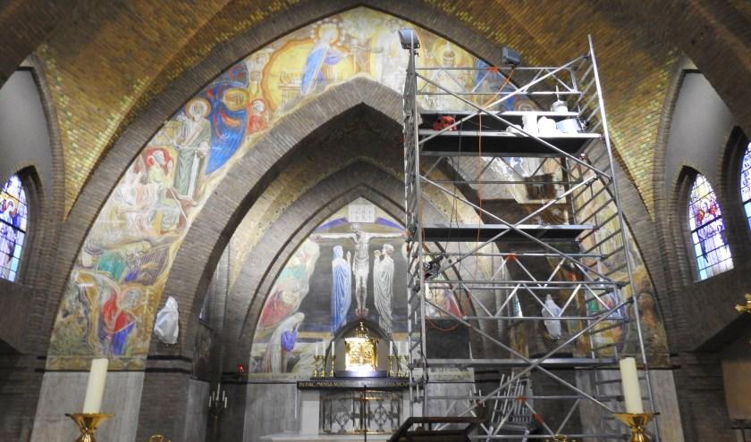 De afgelopen periode is hard gewerkt aan het herstel van de muurschilderingen.