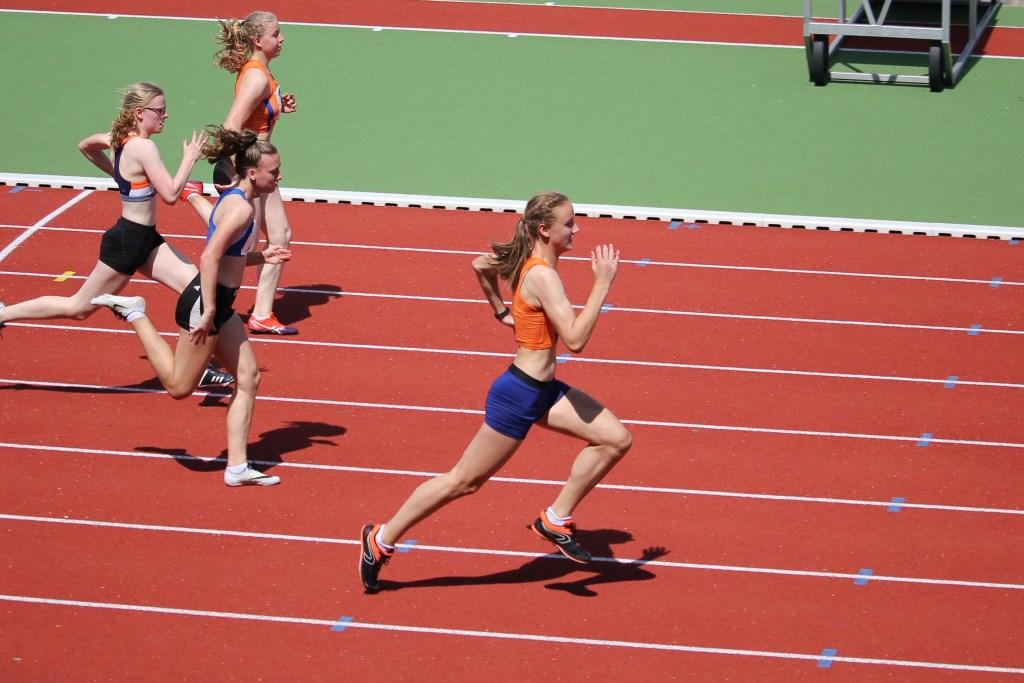 Evelyn Navarro wint de 80 meter sprint bij de Gelders-Overijsselse kampioenschappen. Foto: Peter Navarro / Climax © Persgroep