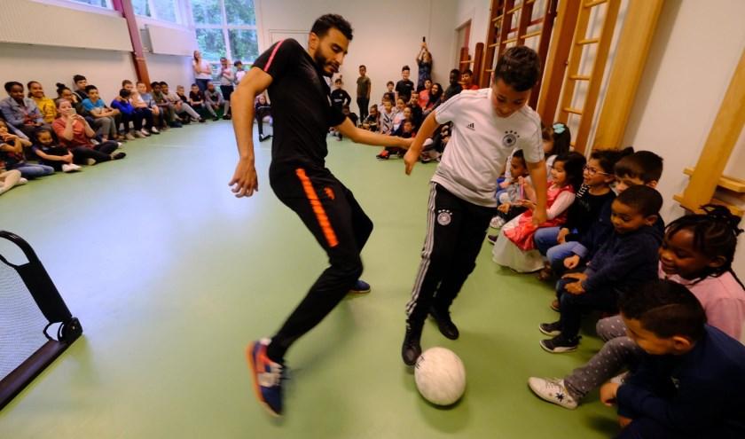 Vandaag kregen de kinderen een clinic van de freestyle voetballer Soufiane Touzani. (Foto: Jan-Jacob Luijendijk)