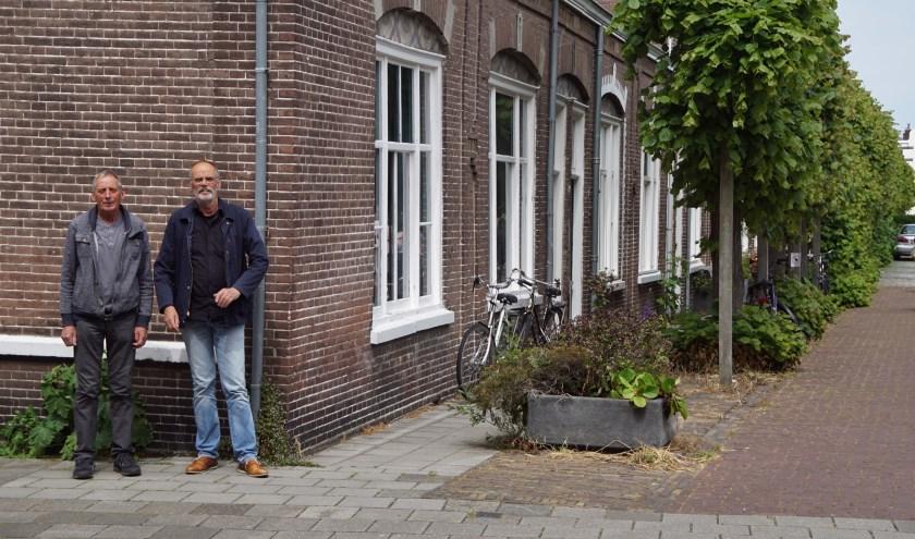 Johan Antheunisse (l) en Jan-Willem Antheunisse staan voor de plek waar aan de muur een kunstwerk van Wibaut moet hangen   FOTO: Theo Rietveld